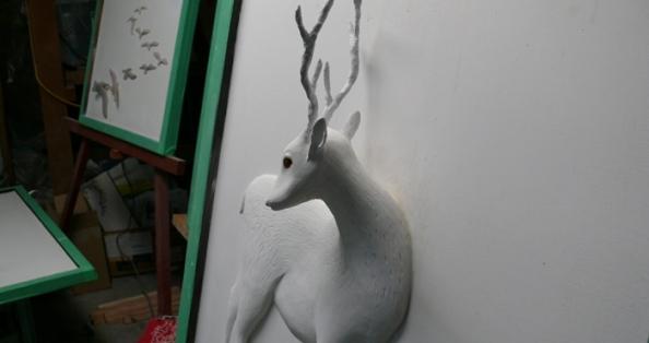 気を引く鹿